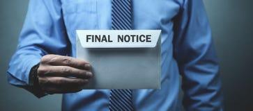 De postenvelop van de zakenmanholding Definitief Bericht Bedrijfsconcept royalty-vrije stock foto