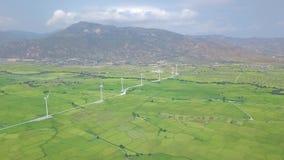 De postsatellietbeeld van de windenergie Windmolenturbines op groen gebied en berglandschap Alternatieve natuurlijke bron en stock videobeelden