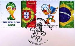 De postzegel met een beeld wordt gedrukt markeert van de mascotte van Fulco van Portugal, van Brazilië en van het slagschip van h royalty-vrije illustratie