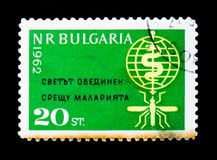 De postzegel van Bulgarije toont Mug en embleem, de Vereniging voor de Bestrijding van malaria, circa 1962 stock foto's