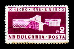 De postzegel van Bulgarije toont Unesco-de bureaubouw, Parijs, circa 1958 Stock Fotografie