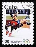 De postzegel van Cuba toont het Worstelen, de 23ste Zomerolympische spelen, Los Angeles 1984, de V.S., circa 1983 Stock Fotografie