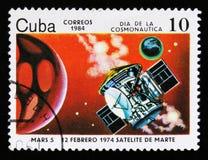 De postzegel van Cuba toont Mars 5 satelliet, circa 1984 Royalty-vrije Stock Foto