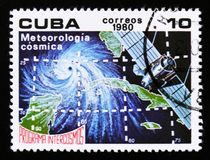 De postzegel van Cuba toont Meteorologie in ruimte, Ruimteprogramma van de Sovjetunie, Intercosmos, circa 1980 royalty-vrije stock foto