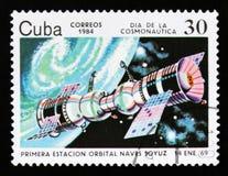 De postzegel van Cuba toont Orbitale post Soyuz, circa 1984 Royalty-vrije Stock Afbeelding