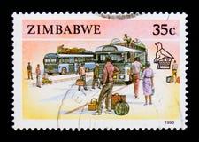 De postzegel van Zimbabwe toont Bussen en Passangers, Dieren, Handambachten en Vervoer serie, circa 1990 stock fotografie
