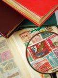 De postzegels van het vergrootglas en van de wereld stock afbeeldingen