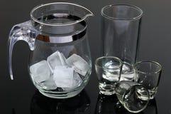 De pot en de glazen van het glas Stock Foto's