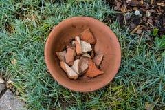 De pot van de aardewerkbloem met gebarsten binnen stukken royalty-vrije stock afbeelding