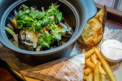 De pot van de Hoegaardenmossel hakte koriander, venkel, het biergebraden gerechten van Hoegaarden van de citroenschil Royalty-vrije Stock Afbeeldingen