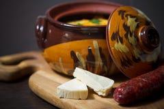 De pot van de hutspot met gastronomisch voedsel stock afbeelding