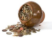 De pot van de klei met antieke muntstukken Stock Afbeelding