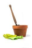 De pot van de kleiinstallatie met schop en het tuinieren handschoenen Stock Fotografie
