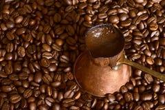 De pot van de koffie op bonen Stock Afbeeldingen