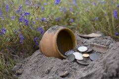 De pot van gouden muntstukken verzamelde met hulp van metaaldetector, groene grasachtergrond Royalty-vrije Stock Foto's