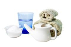 De Pot van Neti met water, zout en handdoeken stock foto's