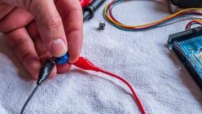 De potentiometer in gebruik als deel van microcontroller bouwt royalty-vrije stock foto's