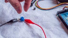 De potentiometer in gebruik als deel van microcontroller bouwt stock afbeelding