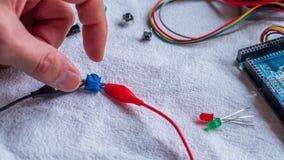 De potentiometer in gebruik als deel van microcontroller bouwt stock fotografie