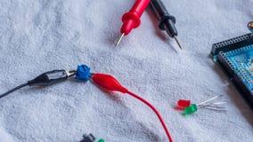 De potentiometer in gebruik als deel van microcontroller bouwt royalty-vrije stock afbeeldingen