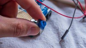 De potentiometer in gebruik als deel van microcontroller bouwt royalty-vrije stock foto