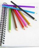 De potloden & de blocnote van de kleur Royalty-vrije Stock Afbeelding