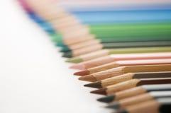 De potloden concentreren zich op een rij op bruin Royalty-vrije Stock Foto