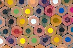De potloden die van de kleur een muur bouwen Royalty-vrije Stock Foto's