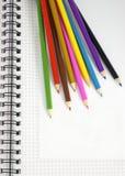 De potloden en de blocnote van de kleur Royalty-vrije Stock Foto's