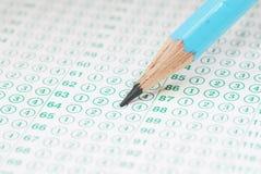 De potloden op leeg testblad sluiten omhoog stock foto's