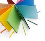De potloden van de kleur en gekleurd notitieboekje Stock Foto's