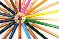 De potloden van de kleur hebben neer rond van de leider geregeld Stock Afbeelding