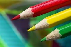 De potloden van de kleur op een heersersachtergrond royalty-vrije stock afbeeldingen