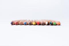 De potloden van de kleur op witte achtergrond Mooie kleurenpotloden Kleurenpotloden voor tekening Geïsoleerde Terug naar het Conc Stock Afbeelding