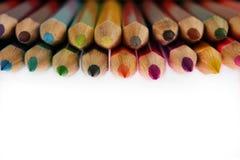 De potloden van de kleur op witte achtergrond Selectieve nadruk Royalty-vrije Stock Fotografie