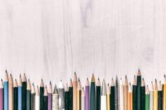 De potloden van de kleur op witte achtergrond Vrije ruimte voor tekst wijnoogst Stock Afbeeldingen
