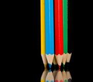 De potloden van de kleur op zwarte stock afbeelding