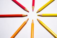 De potloden van de kleur die op witte achtergrond worden geïsoleerdu Sluit omhoog stock fotografie