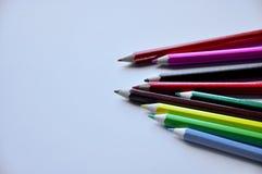 De potloden van de kleur die op witte achtergrond worden ge?soleerdu royalty-vrije stock foto's