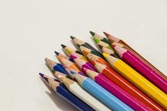 De potloden van de kleur op een witte achtergrond Stock Foto