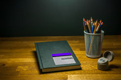 De potlodenslijper van kleurenkleurpotloden en sketchbook voor kunststudenten op de lijst Royalty-vrije Stock Foto's