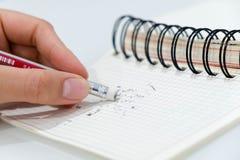 De potloodgom, potloodgom die een geschreven fout op een stuk van document verwijderen, schrapt, verbetert, en foutconcept Close- royalty-vrije stock fotografie