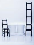 De potten van de installatie op een dienblad en twee stoelen Stock Afbeelding