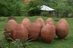 De potten van de kleiwijn, Georgië Stock Foto's
