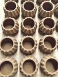 De potten van de Unfishedklei wachten op het branden proces in aardewerkfabriek Stock Afbeeldingen