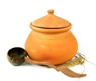 De potten van de waterklei en kokosnotenshell gietlepel/Thais aardewerk Royalty-vrije Stock Foto