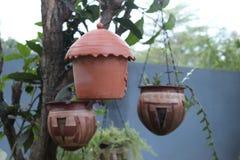 De potten van de kleibloem en het nest van de kleivogel royalty-vrije stock foto's