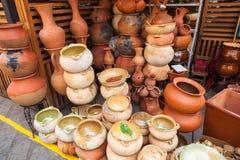 De potten, de vazen, de kommen en de rustieke kleivazen gebruikten in de keuken voor Royalty-vrije Stock Fotografie