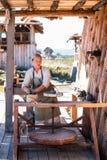 De pottenbakker creeert aardewerk op pottenbakkers` s wiel stock foto's