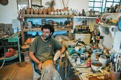De pottenbakker in deze workshop in Lefkes Paros Griekenland Stock Foto